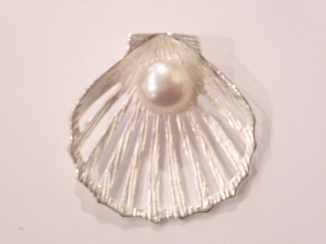 Sterling Silver Clam Shell Pendant with Freshwater Pearl (L)