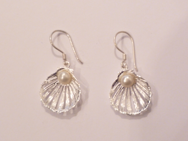 Sterling Silver Clam Earrings with Freshwater Pearl (M)